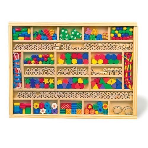 Image of Stor kasse med perler, tal, bogstaver og mønstre